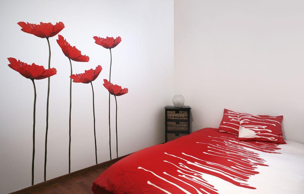 Pokój urządzony z wykorzystaniem połączenia bordowego z białym