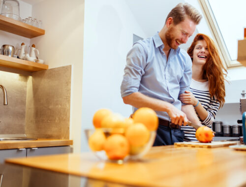 mieszkanie - młoda para w kuchni