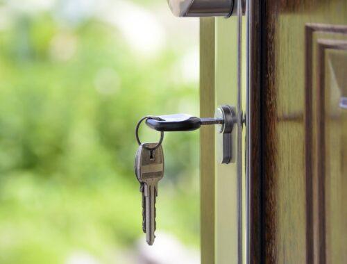 klucze w drzwiach
